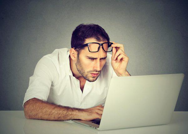 Mžouráte na monitor nebo televizi a často vás bolí hlava? Myslete na svůj zrak!